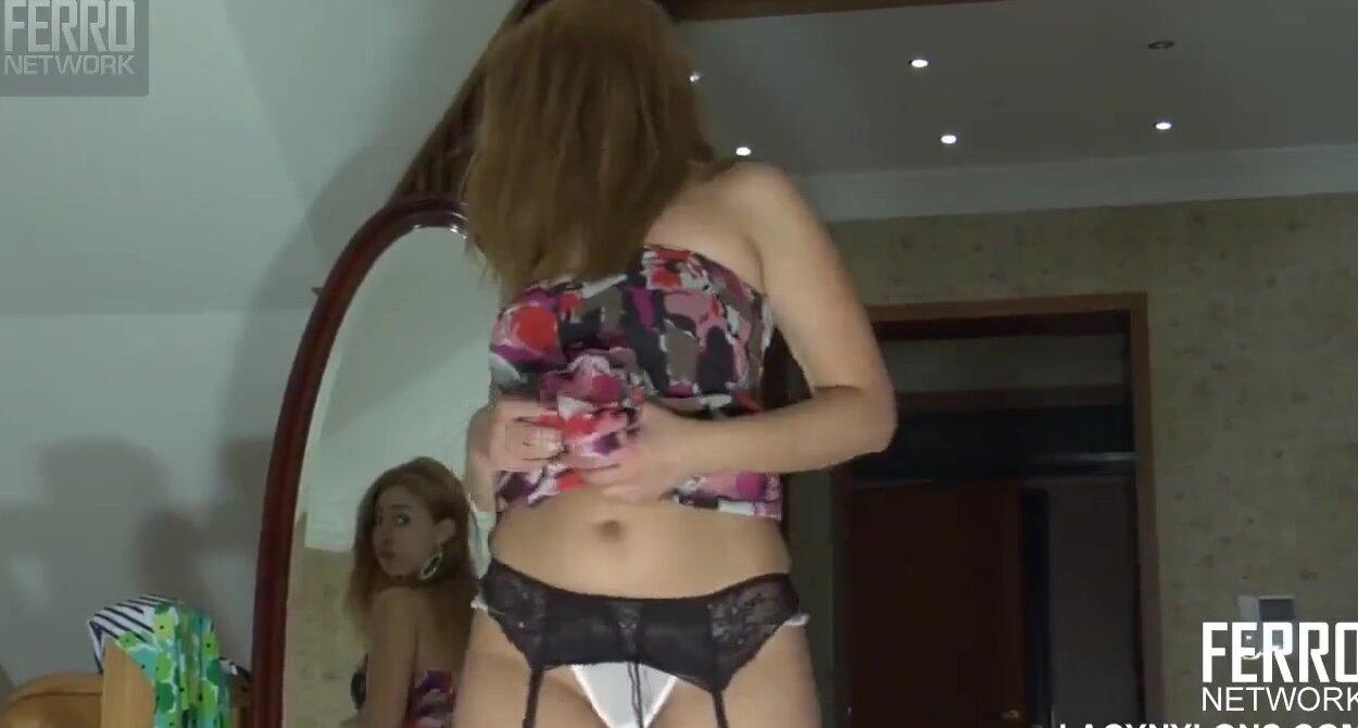 Девушка примеряет красивые чулки перед камерой