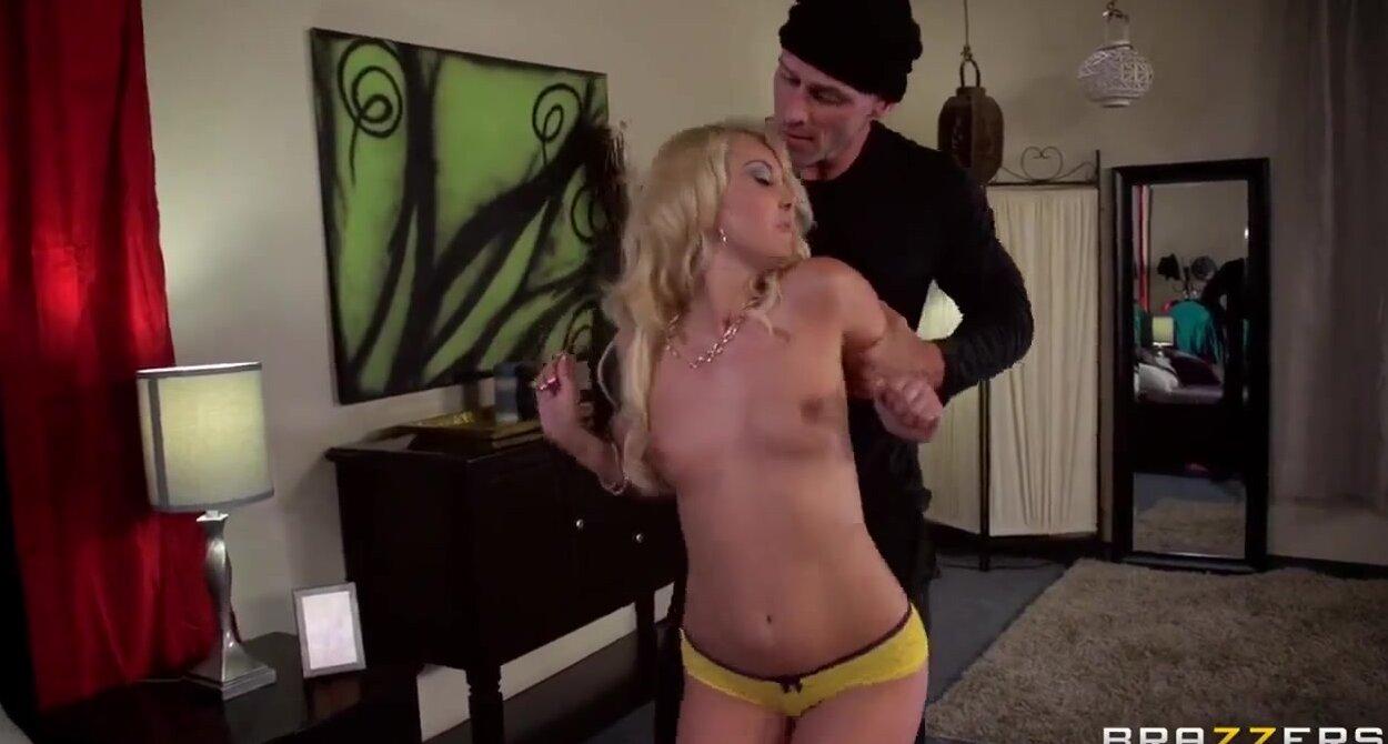 Порно фото нюхает трусы