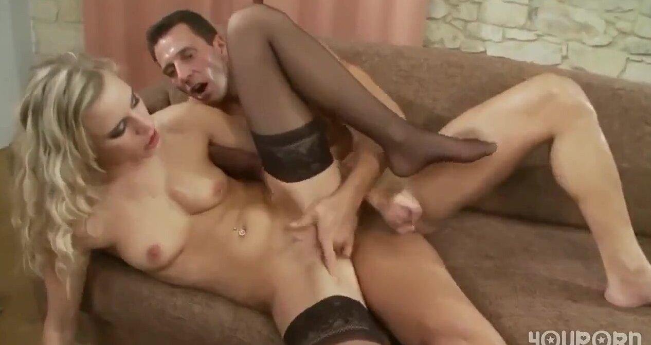 Порно мужик лижит блондинкам