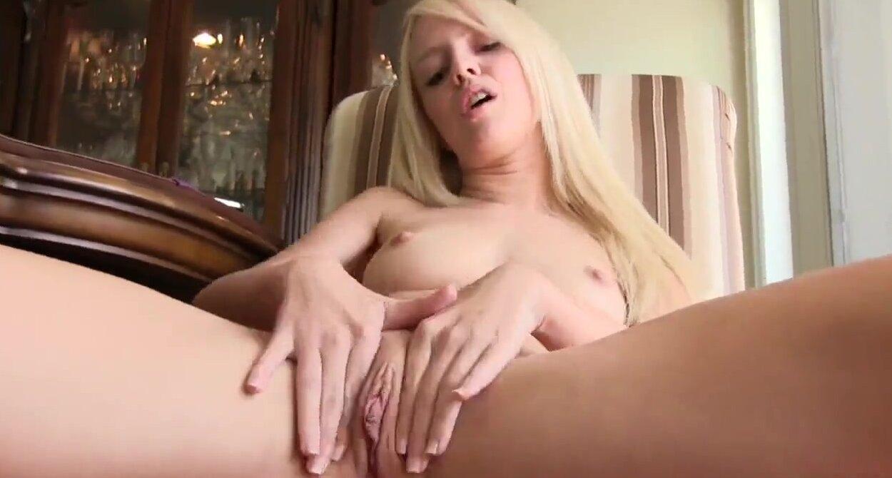 Блондинки дрочат киску пальчиками