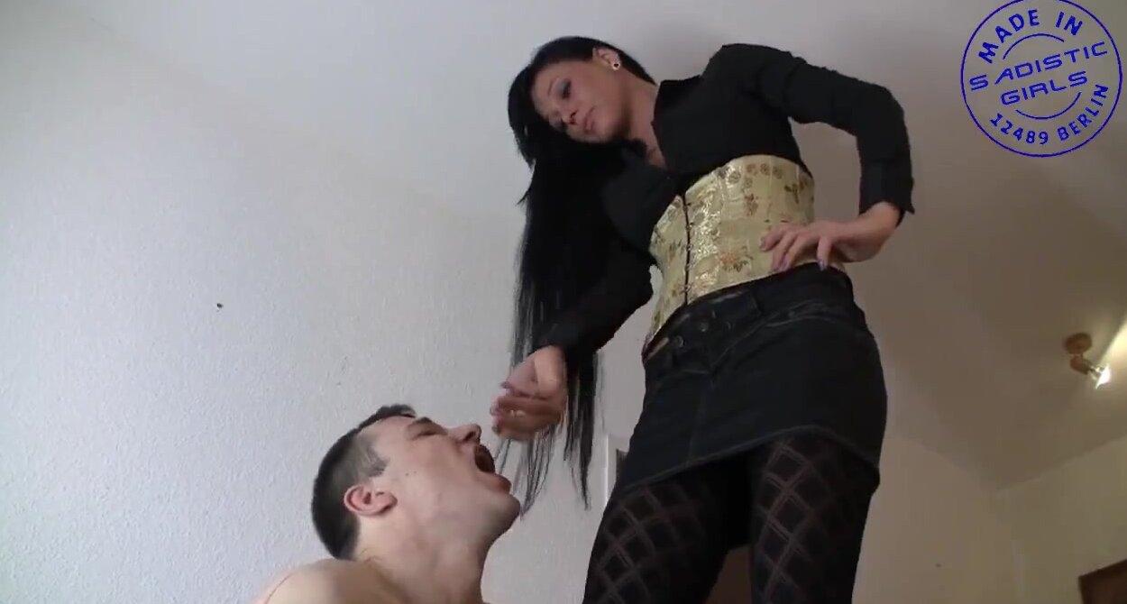 Порно фотки давить яйца
