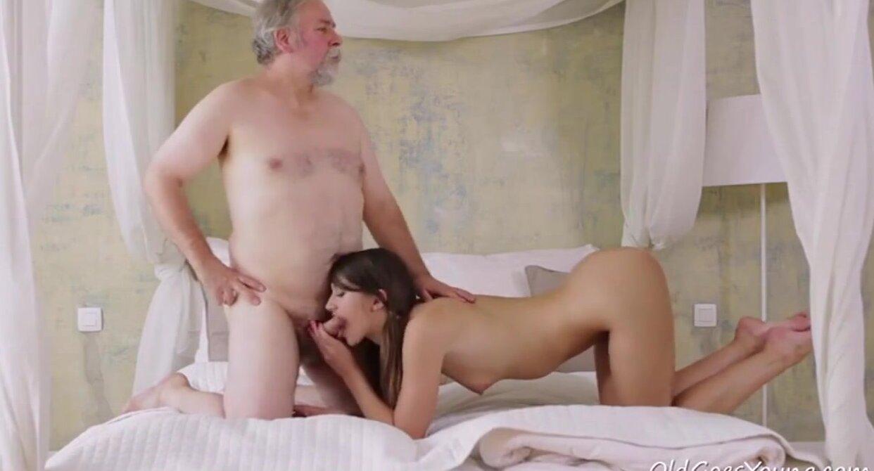 Молодуха захотела старца секс видео