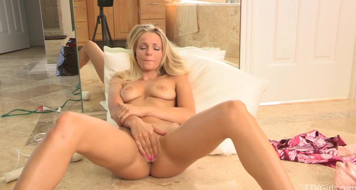 Блондинка с большим фалосом видео порно