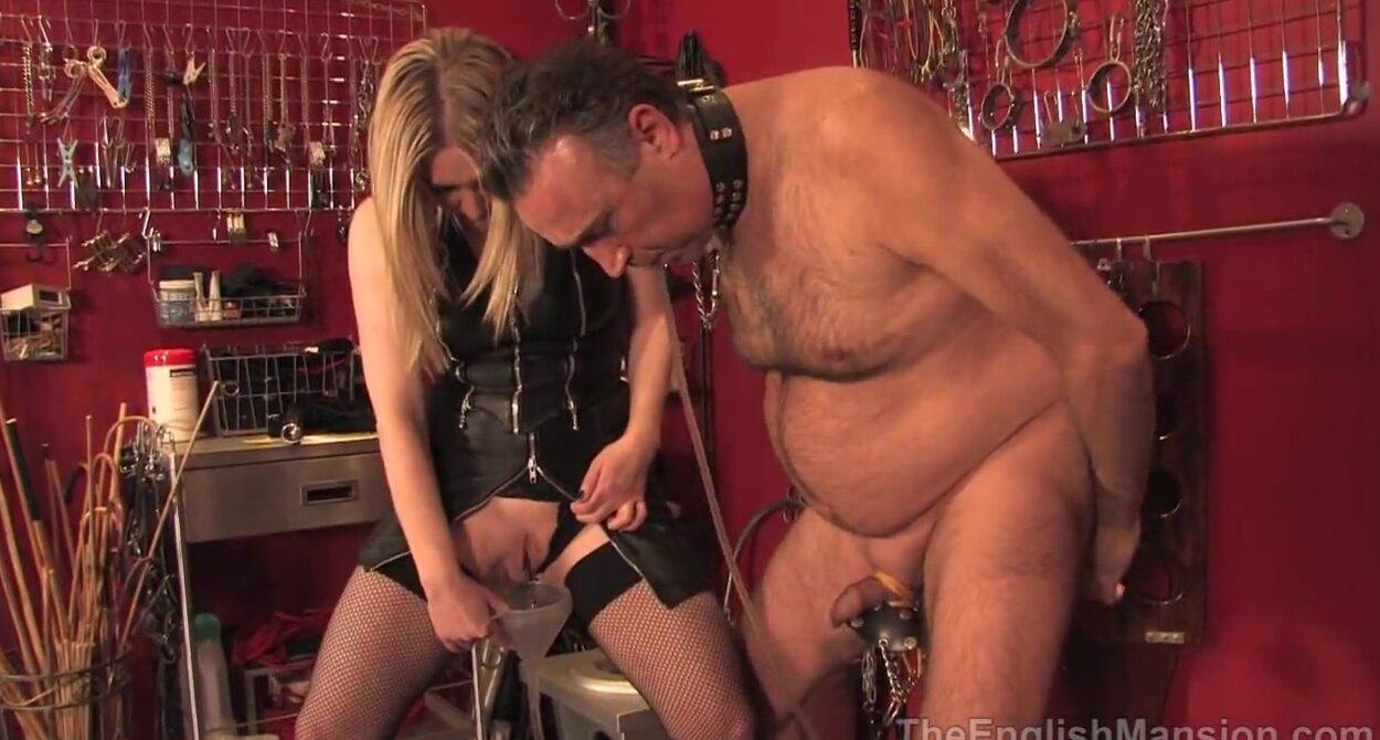 Смотреть секс видео госпожа наказывает рабыню огромным фаллоимитатором