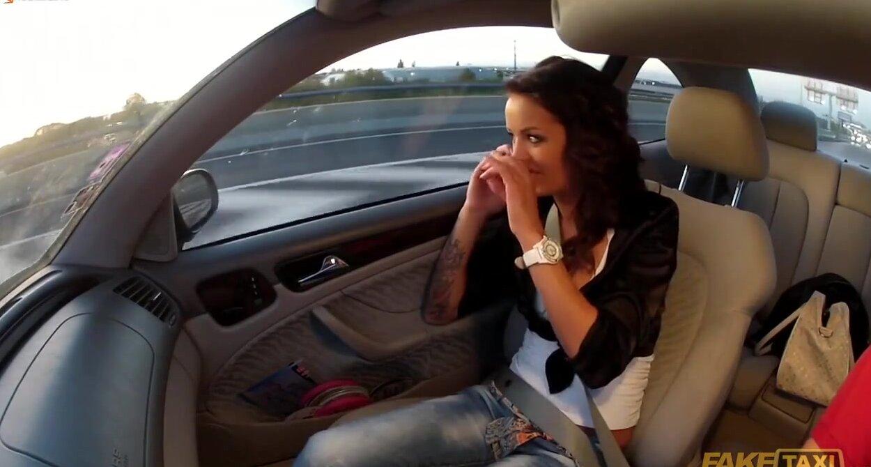 Порно в такси кончила