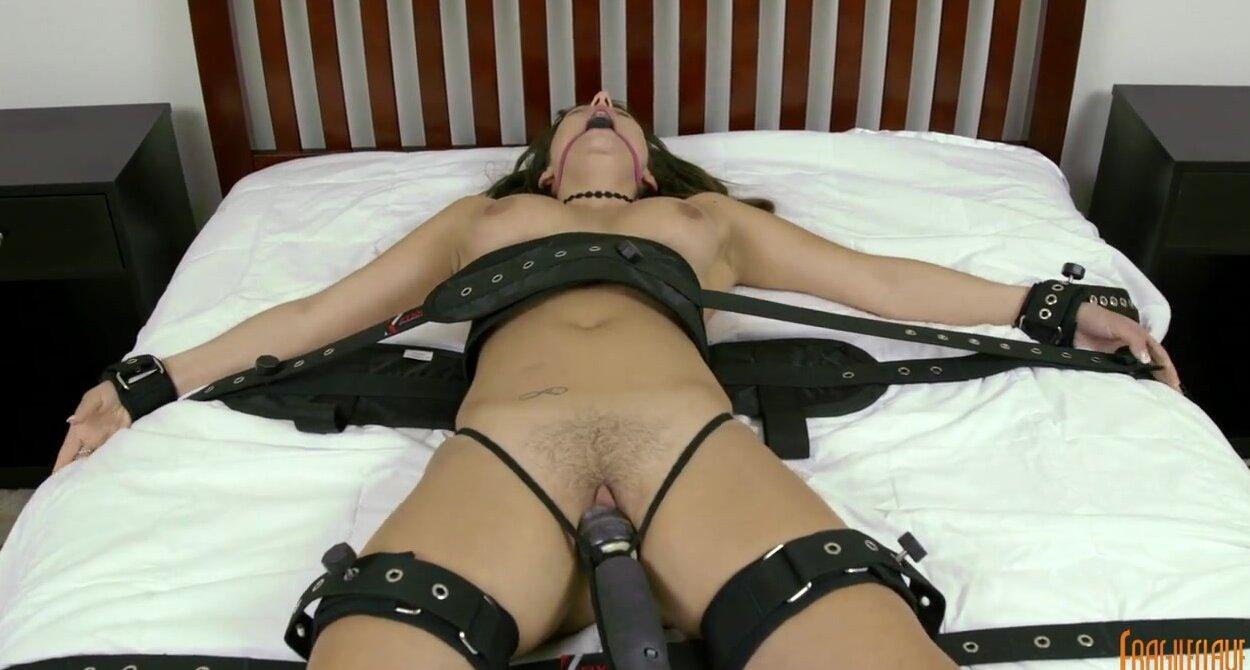 Женщину привязали и трахнули секс машиной