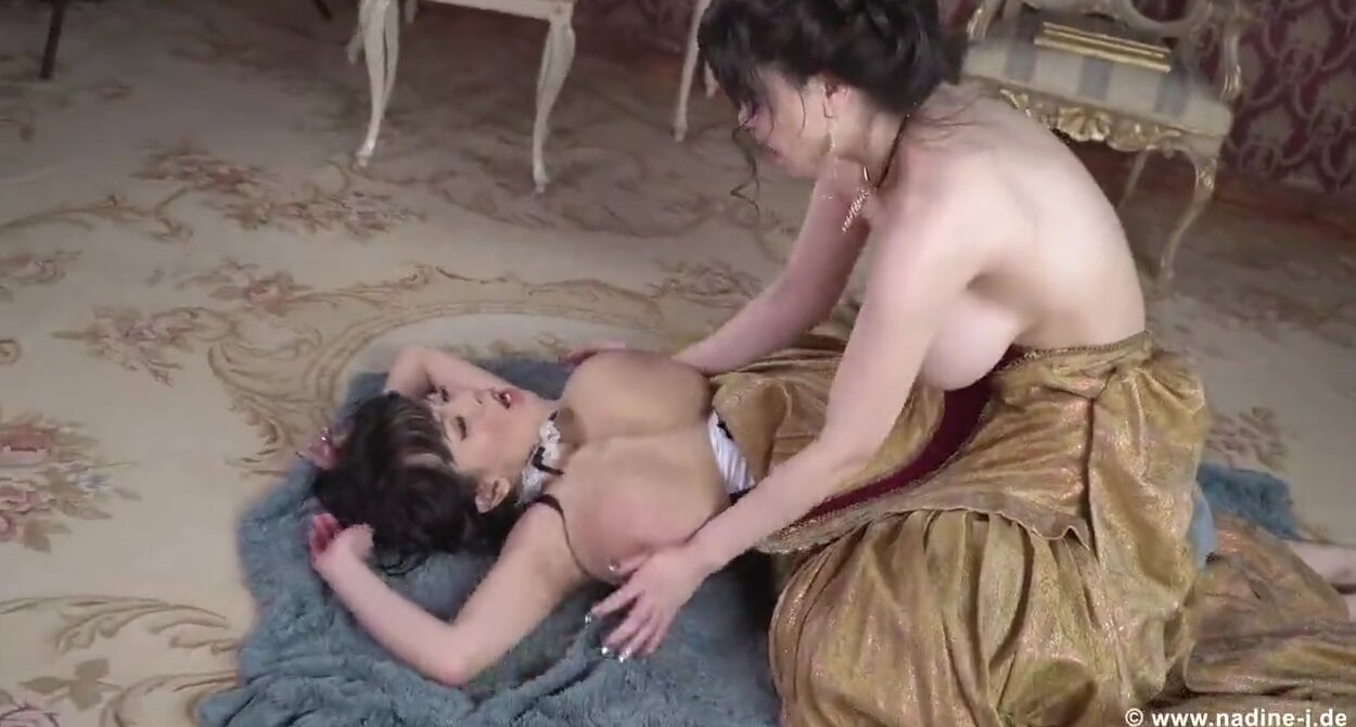 Смотреть трогают друг другу сиськи видео