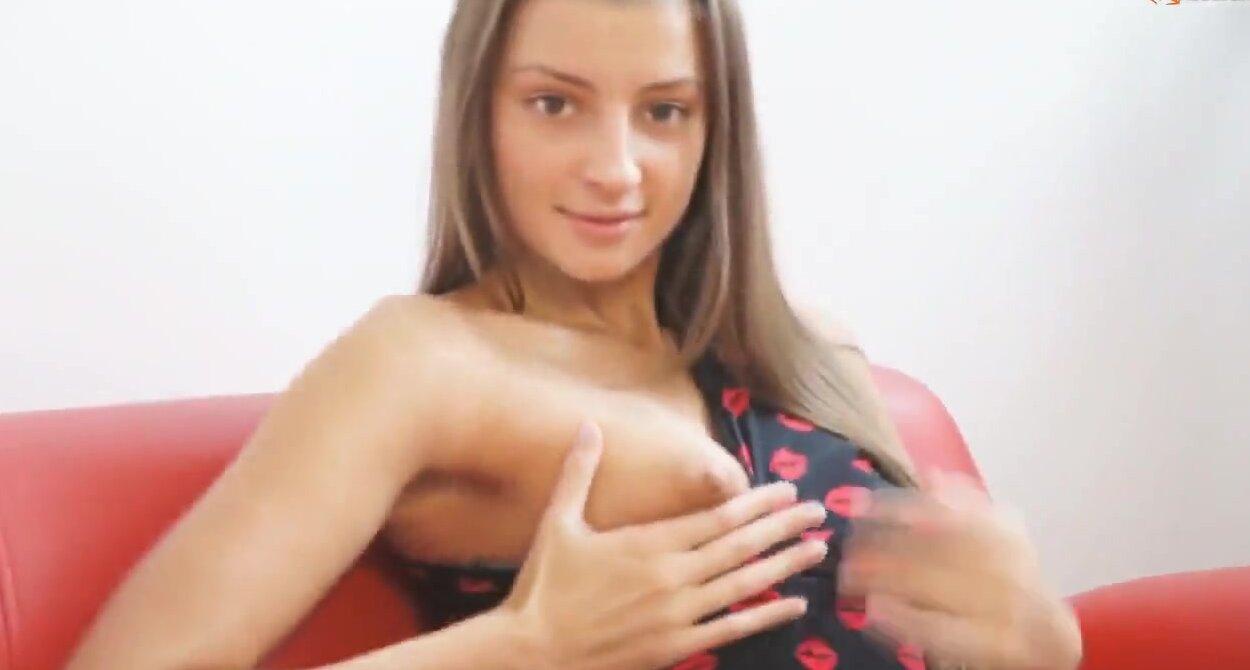 Яркая молодая сучка онлайн