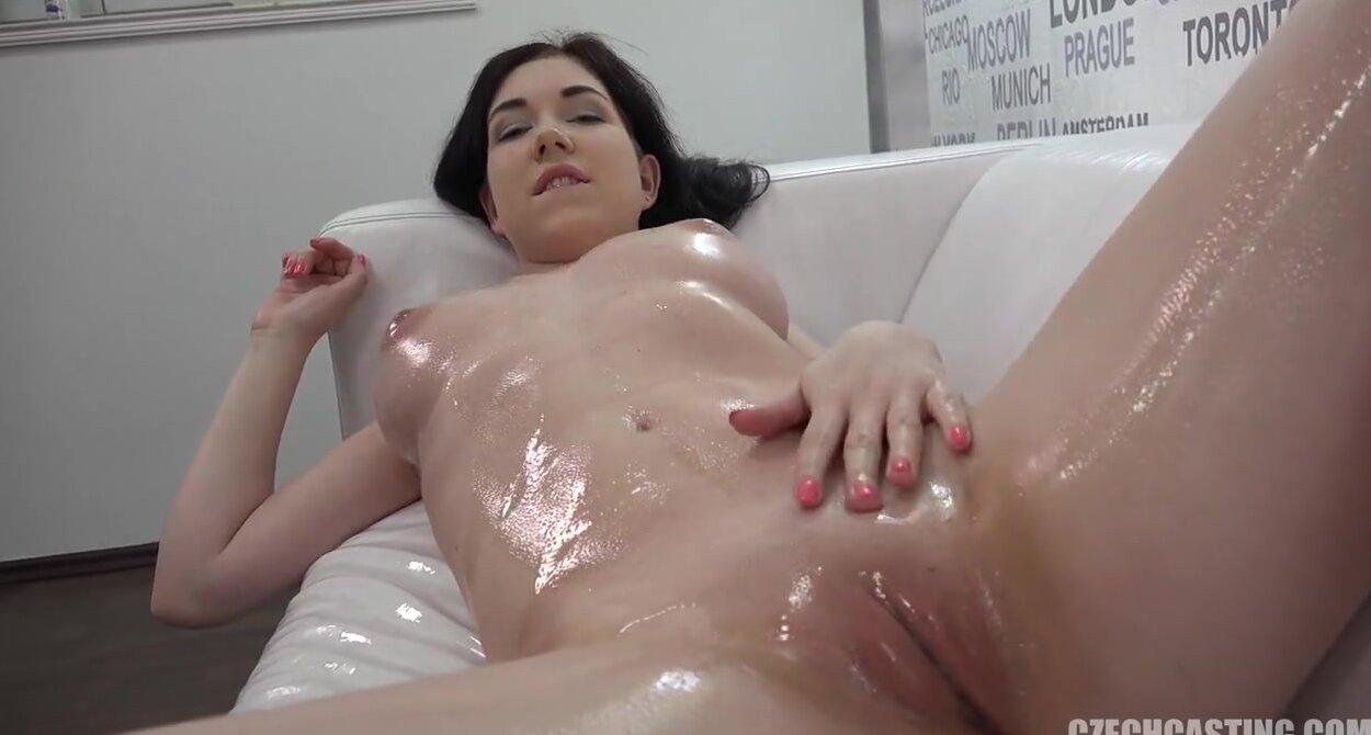 Секс с брюнеткой на порнокастинге