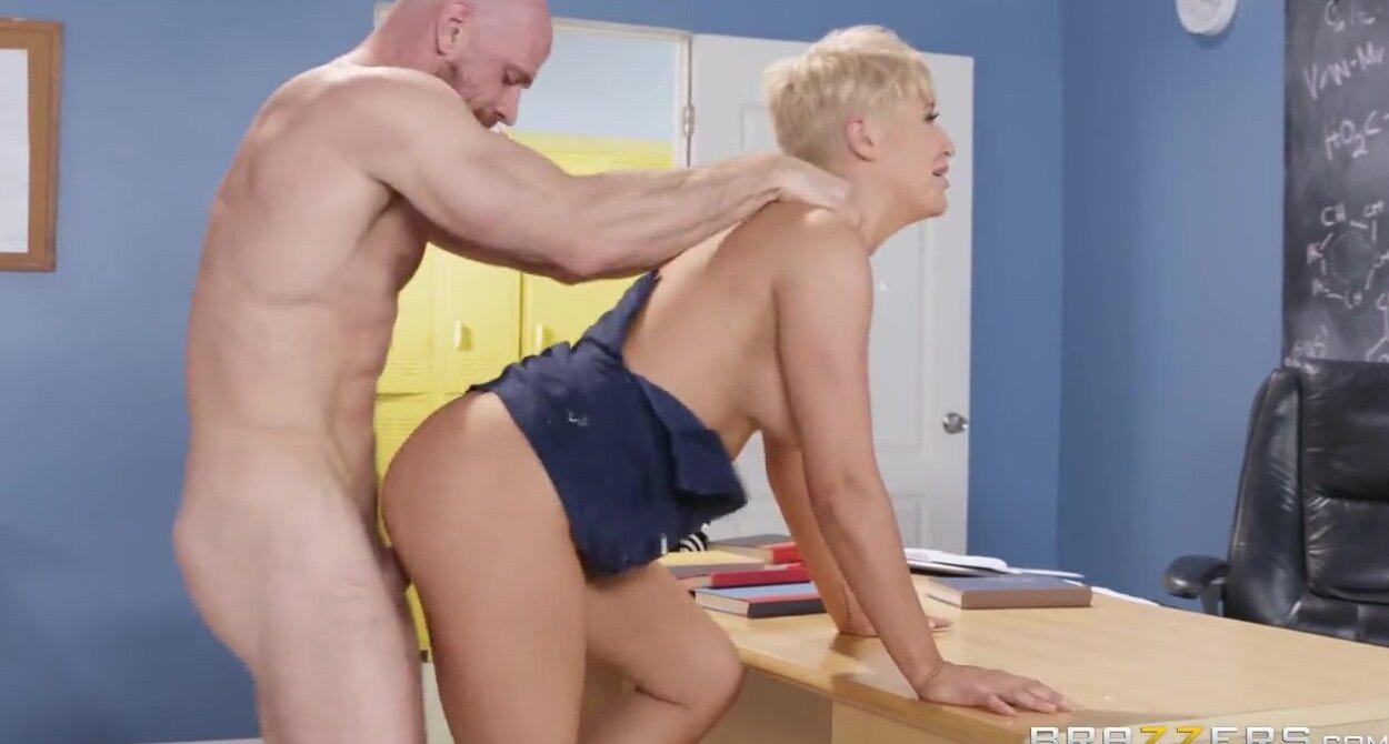 Порно видео лысый трахнул блондинку