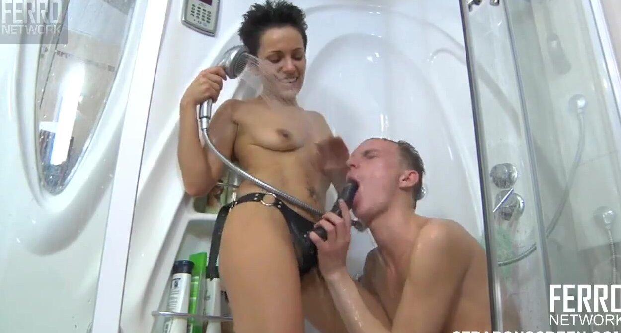 Молодая русская девушка в чулках страпонит своего парня ...