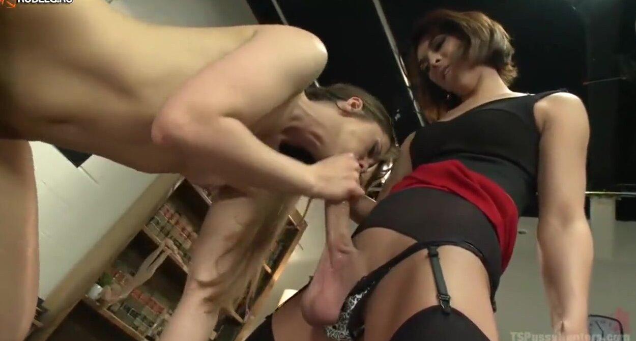 порно ролик девушка и транс смотреть