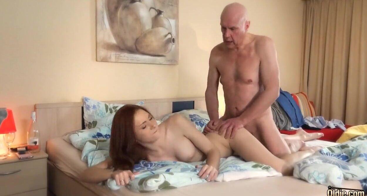Старик трахает молодую кросотку