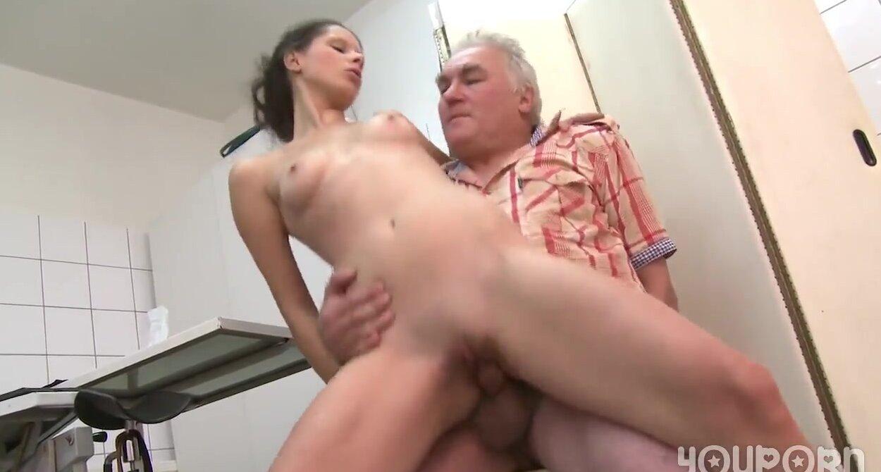 seks-so-starikom-molodoy-devushki-rasstavila-nogi-porno