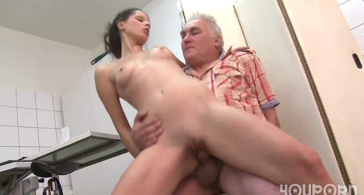 Секс старичок с молодой