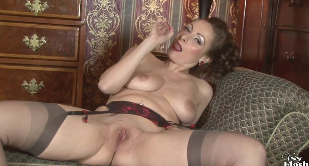 Порно видео показала свою щелку