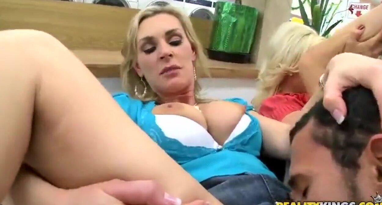 Смотреть бесплатно порно с двумя сисястыми блондинками