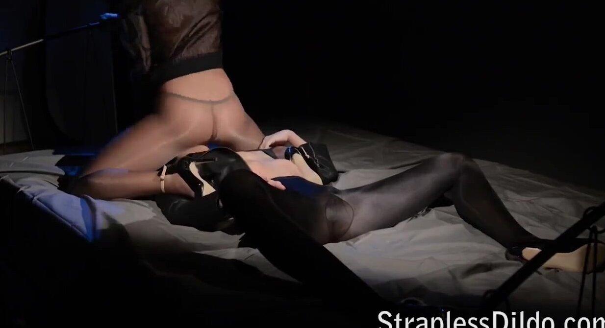Порно лесбиянок в колготках со страпоном
