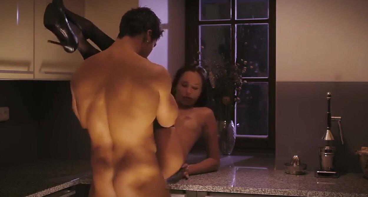 Секс ночью на кухне