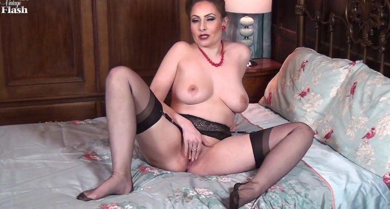 Женщина показывает свою грудь и попку смотреть видео