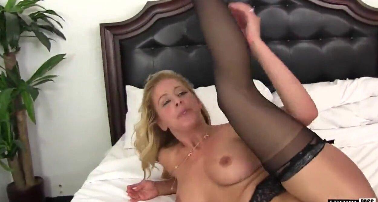 Телки лижут друг другу очко порновидео